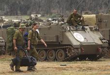 <p>Militaires israéliens au nord de la bande de Gaza. Tsahal a entamé jeudi le retrait des troupes massées près de la frontière de l'enclave palestinienne. Ce retrait survient au lendemain d'une trêve conclue à l'issue de huit jours de violences qui ont coûté la vie à 163 Palestiniens et à six Israéliens. /Phoot prise le 22 novembre 2012/REUTERS/Ronen Zvulun</p>