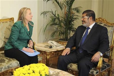 U.S. Secretary of State Hillary Clinton (L) and Egypt's President Mohamed Mursi meet at the presidential palace in Cairo November 21, 2012. REUTERS/Egyptian Presidency/Handout
