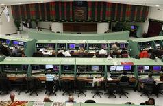 Traders a lavoro in una sala operativa. REUTERS/Osman Orsal