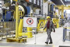 Las exportaciones y el consumo privado ayudaron a Alemania a seguir creciendo en el tercer trimestre del año, aunque a un ritmo más ralentizado, mientras la mayor economía de Europa sigue sintiendo el efecto de la crisis de la zona euro. En la imagen de archivo, un empleado en una fábrica de turbinas de gas en Berlín, el 8 de noviembre de 2012. REUTERS/Tobias Schwarz