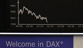 Табло фондовой биржи во Франкфурте-на-Майне 24 сентября 2012 года. Экономический рост Германии продолжит замедление в четвертом квартале, и экономика может даже завершить 2012 год сокращением, считает экономист Ifo Клаус Фольрабе. REUTERS/Remote/Tobias Schwarz