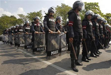 Riot police stand guard around the government house in preparation for anti-government protests which will take place this weekend, in Bangkok November 23, 2012. REUTERS/Chaiwat Subprasom