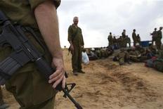 Reservistas do exército israelense permanceram na fronteira com a Faixa de Gaza após a trégua. 22/11/2012 REUTERS/Ronen Zvulun