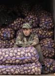 Продавец картошки ждет покупателей на уличном рынке в Минске 13 октября 2012 года. Белоруссия, ищущая средства для выплаты $3 миллиардов внешнего долга в следующем году, попытается разжечь интерес к своим госбумагам у инвесторов в Азии, сообщил белорусский Минфин. REUTERS/Vasily Fedosenko