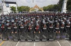 Polícia tailandesa mobilizou 17 mil agentes para conter protestos contra o governo marcados para este final de semana. 23/11/2012 REUTERS/Chaiwat Subprasom