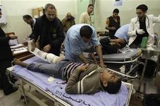 Fuego israelí que cruzó la frontera de Gaza mató el viernes a un palestino e hirió a varios más, según médicos, dos días después de entrara en vigor un alto el fuego entre Hamás, que gobierna el territorio, e Israel. En la imagen, un palestino herido recibe tratamiento en un hospital en Jan Yunis en el sur de la Franja de Gaza, el 23 de noviembre de 2012. REUTERS/ Ibraheem Abu Mustafa