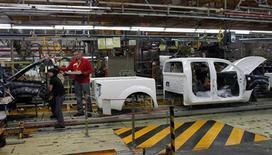La producción de vehículos en las plantas automovilísticas españolas bajó en los primeros 10 meses del año un 17,94 por ciento a 1.675.378 unidades, dijo el viernes Anfac, la patronal de los fabricantes de coches en España. En la imagen, empleados de Nissan Motor trabajan en una cadena de montaje en la fábrica de Nissan en la Zona Franca, cerca de Barcelona, el 23 de mayo de 2012. REUTERS/Albert Gea