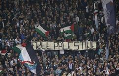 """LONDRES (Reuters) - La federación inglesa de fútbol (FA) mandó un informe a la UEFA después de los cánticos antisemitas por parte de los seguidores de la Lazio durante el partido contra el Tottenham Hotspur del jueves de Liga Europa que finalizó 0-0. En la imagen, seguidires de la Lazio muestran una pancarta en la que se lee """"Palestina Libre"""", durante el partido contra el Tottenham. REUTERS/Tony Gentile"""