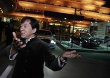 """La superestrella del Kung Fu Jackie Chan dijo que si bien la próxima película """"Chinese Zodiac 2012"""" será su última gran película de acción debido a su edad, seguirá activo en el mundo de la filantropía. En la imagen, Chan habla con los medios de comunicación tras subastar su Bentley 666 para la caridad, en Pekín, el 19 de noviembre de 2012. REUTERS/Petar Kujundzic"""