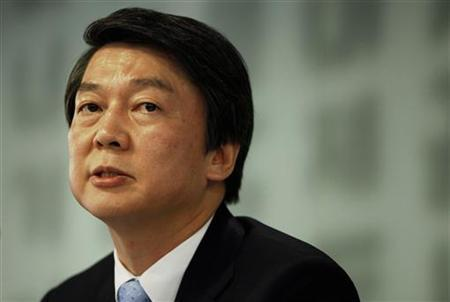 Independent presidential candidate Ahn Cheol-soo speaks during a news conference at the Seoul Foreign Correspondents' Club in Seoul November 19, 2012. REUTERS/Kim Hong-Ji