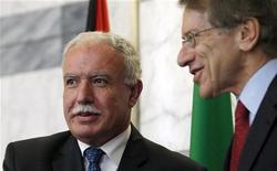 Chanceler palestino Riad Malki (E) se encontra com o chanceler italiano Giulio Terzi, em Roma. Malki disse nesta sexta-feira que a morte de um homem palestino por soldados israelenses perto da fronteira entre Gaza e Israel violou o acordo de cessar-fogo. 23/11/2012 REUTERS/Alessandro Bianchi