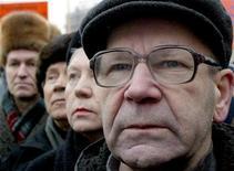 Российские пенсионеры участвуют в акции протеста в Санкт-Петербурге 16 февраля 2005 года. Российская Дума приняла поправки, сокращающие с 2014 года отчисления в накопительную часть пенсии для большинства граждан. REUTERS/Alexander Demianchuk