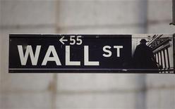 Уличный указатель на Уолл-стрит возле Нью-Йоркской фондовой биржи 19 ноября 2012 года. Американские фондовые индексы выросли при открытии торгов в пятницу благодаря признакам прогресса в переговорах о помощи Греции и надеждам на успешный праздничный сезон покупок в США. REUTERS/Chip East