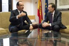 Los dirigentes de la Unión Europea abandonaron el viernes las conversaciones para cerrar un plan presupuestario a largo plazo para el bloque, tras no llegar a un acuerdo sobre el tamaño y forma de los recortes del plan de gasto previsto de 1 billón de euros. En la imagen, el presidente francés, François Hollande (I), conversa con el presidente del Gobierno español, Mariano Rajoy, el 23 de noviembre de 2012 en Bruselas. REUTERS/Bertrand Langlois/Pool