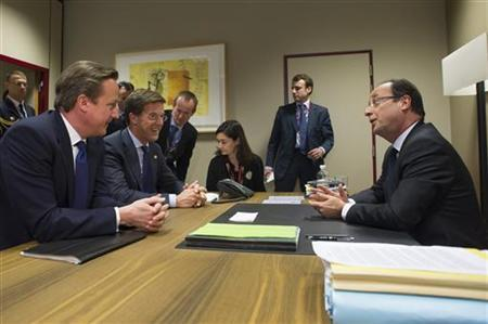 French President Francois Hollande (R) chats with British Prime Minister David Cameron (L) and Dutch Prime Minister Mark Rutte (2ndL) during a meeting at the EU council headquarters, on November 23, 2012 in Brussels, as part of a two-day European Union leaders summit. REUTERS/Bertrand Langlois/Pool