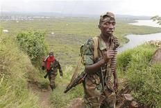 Membros do Exército Revolucionário Congolês andam em direção a Sake, 27 km ao norte de Goma, no leste do Congo. 23/11/2012 REUTERS/James Akena