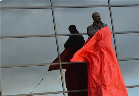 A statue of Manchester United manager Alex Ferguson, by sculptor Philip Jackson, is unveiled at Old Trafford stadium in Manchester, northern England November 23, 2012. REUTERS/Nigel Roddis