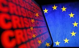 """Reducir la financiación de la ciencia en la Unión Europea amenazaría la recuperación económica del bloque, dijeron el viernes los responsables de organizaciones científicas tras la propuestas de los recortes. En la imagen, el logo de la UE junto a una pantalla en la quese lee """"crisis"""" en Zenica (Bosnia) el 16 de noviembre de 2012. REUTERS/Dado Ruvic"""