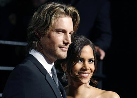 Actress Halle Berry and model Gabriel Aubry pose as they arrive at the 2009 Vanity Fair Oscar Party in West Hollywood, California, in this February 22, 2009 file photo. REUTERS/Danny Moloshok/Files