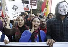 Manifestantes protestam contra presidente egípcio, Mohamed Mursi, durante passeata na praça de Tahrir, no Cairo. Os poderes especiais autoatribuídos por Mursi, despertaram a ira da oposição e motivaram violentos protestos no Cairo e em outras cidades nesta sexta-feira. 23/11/2012 REUTERS/Mohamed Abd El Ghany