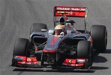 Lewis Hamilton se preparaba para dejar McLaren en lo más alto al registrar el viernes el tiempo más rápido en la primera práctica para el Gran Premio de Brasil con el que se cierra la temporada. En la imagen, Lewis Hamilton conduce su coche durante la primera sesión libre para el Gran Premio del Brasil, en el circuito de Interlagos, en Sao Paulo, el 23 de noviembre de 2012. REUTERS/Sergio Moraes