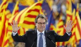 El presidente catalán, Artur Mas, cuyo partido es el favorito para ganar los comicios autonómicos de este fin de semana, cerró el viernes la campaña electoral asegurando que el proceso soberanista seguirá adelante consiga o no la mayoría absoluta en las urnas. En la imagen, Artur Mas durante el mítin de cierre de campaña en Barcelona el 23 de noviembre de 2012. REUTERS/Albert Gea
