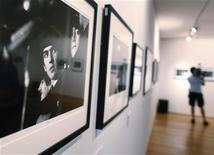 La maqueta en estudio de Los Beatles rechazada por un directivo discográfico, en lo que sin duda es el mayor error de la historia del pop, saldrá a subasta en Londres la próxima semana. En la imagen, una exposición de fotos de Los Beatles en la casa de subastas Christie's de Nueva York el 11 de julio de 2011. REUTERS/Shannon Stapleton
