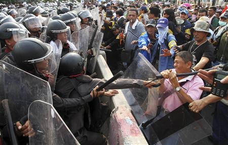 Police scuffle with anti-government protesters near the government house in Bangkok November 24, 2012. REUTERS/Stringer
