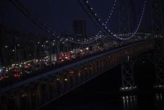 Nueva York pondrá fin a un racionamiento de gas en la madrugada del sábado, casi cuatro semanas después de que la poderosa tormenta Sandy provocó una escasez regional del combustible, dijo el viernes el alcalde de la ciudad, Michael Bloomberg. En la imagen, de 21 de noviembre, los vehículos vistos en el puente George Washington durante el día de Acción de Gracias, con algunos estados del noreste golpeados por la tormenta Sandy. REUTERS/Eric Thayer