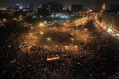 Los partidos políticos de Egipto que rechazan el decreto del presidente Mohamed Mursi que le otorga poderes extraordinarios han llamado a la población a realizar más protestas contra el mandatario el martes en El Cairo. En la imagen, manifestantes reunidos en la Plaza de Tahrir en El Cairo, el 23 de noviembre de 2012. REUTERS/Mohamed Abd El Ghany