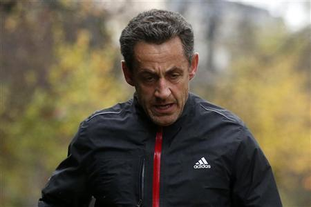 Former French President Nicolas Sarkozy jogs in Paris, November 23, 2012. REUTERS/Benoit Tessier