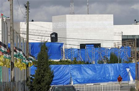 Plastic sheets cover the mausoleum of late Palestinian leader Yasser Arafat in the West Bank city of Ramallah November 24, 2012. REUTERS/Mohamad Torokman