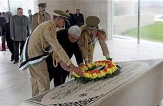 El cadáver del líder palestino Yaser Arafat será exhumado el martes, ocho años después de su muerte, en una investigación para determinar si fue asesinado, dijo el sábado un funcionario palestino. En la imagen, el presidente palestino Mahmud Abas (C) deposita una corona en la tumba del fallecido líder Yaser Arafat en una ceremonia para conmemorar el octavo aniversario de su muerte, en la ciudad cisjordana de Ramala, el 11 de noviembre de 2012. REUTERS/Fadi Arouri/