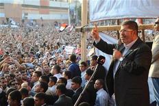 Los Hermanos Musulmanes de Egipto llamaron el sábado a realizar una manifestación masiva el martes para apoyar al presidente Mohamed Mursi, quien se enfrenta a una ola de protestas por emitir un decreto que expandió sus poderes. En la imagen, el presidente de Egipto, Mohamed Mursi, habla a sus seguidores frente al palacio presidencial en El Cairo, el 23 de noviembre de 2012. REUTERS/Egyptian Presidency/Handout (EGYPT - Tags: POLITICS) FOR EDITORIAL USE ONLY. NOT FOR SALE FOR MARKETING OR ADVERTISING CAMPAIGNS. THIS IMAGE HAS BEEN SUPPLIED BY A THIRD PARTY. IT IS DISTRIBUTED, EXACTLY AS RECEIVED BY REUTERS, AS A SERVICE TO CLIENTS