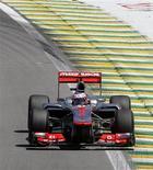 El piloto británico Jenson Button fue el más rápido en la práctica final de la temporada de Fórmula Uno en Brasil el sábado, mientras que el corredor de Red Bull y líder de la competencia de este año, Sebastian Vettel, salió segundo. En la imagen, de 23 de noviembre, el McLaren del piloto Jenson Button durante la segunda sesión de libres en el GP de Brasil en el circuito de Interlagos. REUTERS/Sergio Moraes