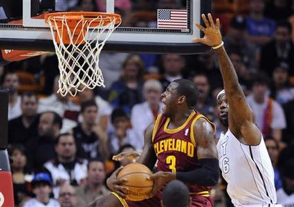 Miami Heat's LeBron James (R) defends Cleveland Cavaliers' Dion Waiters (L) during the first half of their NBA basketball game in Miami, Florida, November 24, 2012. REUTERS/Rhona Wise