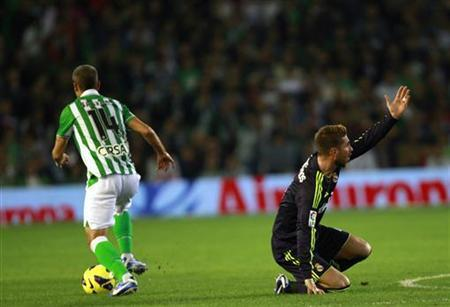 Real Madrid's Sergio Ramos (R) reacts next to Real Betis' Salva Sevilla during their Spanish First Division soccer match at Benito Villamarin stadium in Seville November 24, 2012. REUTERS/Marcelo del Pozo