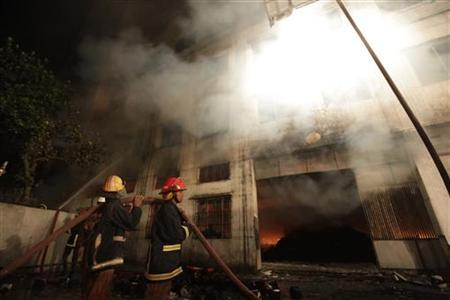 Firefighters try to control a fire in a garment factory in Savar, on the outskirts of Dhaka November 24, 2012. REUTERS/Andrew Biraj