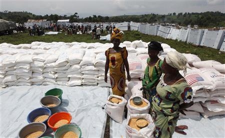 People displaced by recent fighting in eastern Congo wait to distribute corn flour in Mugunga IDP camp outside of Goma, November 24, 2012. REUTERS/James Akena