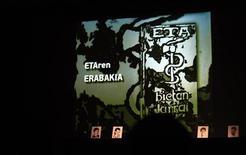 El Gobierno español dijo el domingo que el único comunicado que espera y exige a ETA es el de su disolución incondicional, tras la propuesta el sábado de la banda armada vasca de negociar su fin definitivo con España y Francia. En la imagen, retratos de prisioneros de ETA y su logo durante una reunión de la asociación de presos políticos vascos (EPPK) en Guernica, el 2 de junio de 2012. REUTERS/Vincent West