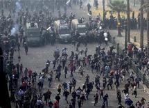 El presidente egipcio, Mohamed Mursi, se enfrenta a una rebelión de jueces que lo acusaron el sábado de expandir sus poderes en detrimento suyo, lo que profundiza una crisis que ha provocado violencia en las calles y ha expuesto las profundas divisiones del país. En la imagen, manifestantes corren de la policía antidisturbios durante los enfrentamientos en la plaza Tahrir en El Cairo, el 25 de noviembre de 2012. REUTERS/Mohamed Abd El Ghany