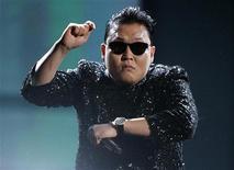 """El vídeo musical """"Gangnam Style"""" del rapero surcoreano Psy se convirtió el sábado en el más visto en la historia de YouTube con más de 800 millones de reproducciones, superando al vídeo del adolescente canadiense Justin Bieber de su canción """"Baby"""". En la imagen, de 18 de noviembre, el rapero surcoreano Psy interpreta el """"Gangnam Style"""" en la gala de los American Music Awards en Los Ángeles. REUTERS/Danny Moloshok"""