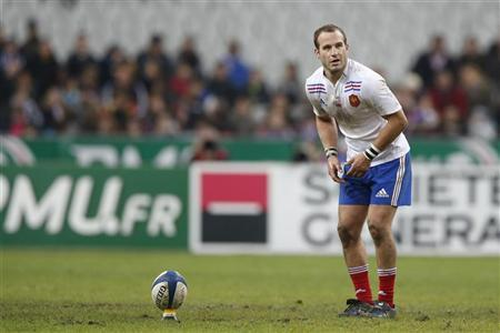 France's Frederic Michalak prepares to kick a penalty during their team's rugby test match against Samoa at the Stade de France stadium in Saint-Denis, near Paris, November 24, 2012. REUTERS/Benoit Tessier