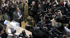 Las históricas elecciones catalanas del domingo registraban un récord de participación con un 29,35% de votos a la una de la tarde, cuatro puntos más que en 2010, informó el domingo la Generalitat de Cataluña. En la imagen, el presidente catalán y candidato de CiU, Artur Mas, posa antes de depositar su voto en un colegio electoral, en Barcelona, el 25 de noviembre de 2012. REUTERS/Albert Gea