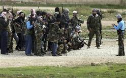 Los rebeldes sirios dijeron el domingo que capturaron una base aérea al este de Damasco tras un asalto realizado durante la noche del sábado, en su último logro en una larga batalla para derrocar al presidente Bashar el-Asad. En la imagen, miembros del Ejército Libre Sirio toman una foto mientras se escuchan armas de fuego en la ciudad norteña siria de Ras al-Ain, el 25 de noviembre de 2012. REUTERS/Amr Abdallah Dalsh