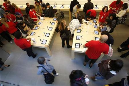 Holiday shoppers shop at the Apple Store during Black Friday in San Francisco, California, November 23, 2012. REUTERS/Stephen Lam