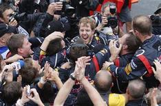 El piloto de Red Bull Sebastian Vettel se convirtió el domingo a los 25 años en el tricampeón de la Fórmula Uno más joven de la historia tras disputarse el Gran Premio de Brasil. En la imagen, Vettel celebra el mundial en Interlagos, el 25 de noviembre de 2012. REUTERS/Sergio Moraes