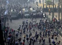 Protesters run from the riot police during clashes at Tahrir square in Cairo November 25, 2012. REUTERS/Mohamed Abd El Ghany