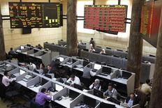 Vista de dentro do mercado de ações do Egito, no Cairo. O mercado de ações do Egito despencou neste domingo em seu primeiro dia de abertura desde que a tomada de novos poderes do presidente islamista Mohamed Mursi provocou violência nas ruas e uma crise política, desfazendo os esforços para restaurar a estabilidade depois da revolução do ano passado. 25/11/2012 REUTERS/Asmaa Waguih