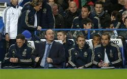 O técnino interino do Chelsea, Rafael Benitez (2o E) olha para cima ao chegar no banco do time e é vaiado por seus próprios apoiadores antes da partida da liga inglesa contra o Manchester City, em Londres. 25/11/2012 REUTERS/Eddie Keogh